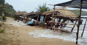 Badai Tropis Sonca sebabkan Gelombang Tinggi di Pantai Selatan