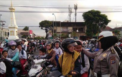 Beberapa Anak Nangis Tak Kebagian Helm Gratis Polda DIY