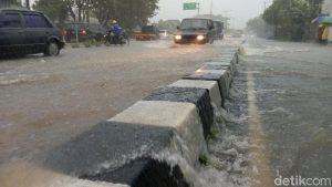 Genangan Air Masih Tampak di Jalan Wonosari