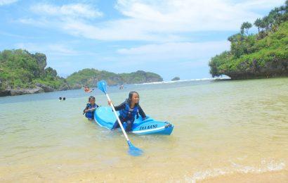 Perahu Kano Tambah Seru Wisata Pantai Drini